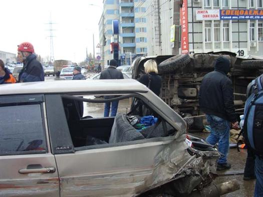 """Трамвай протаранил три автомобиля: """"тринадцатую"""", УАЗ и иномарку"""
