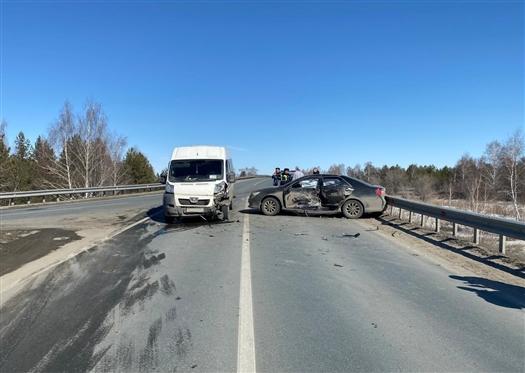 Четыре человека пострадали при столкновении легковушки и микроавтобуса под Самарой