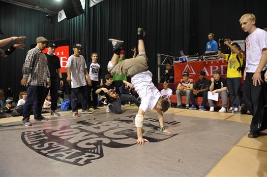 Выступления участников фестиваля судят известные на весь мир брейкеры Wing из Южной Кореи и Palezinho из Бразилии.