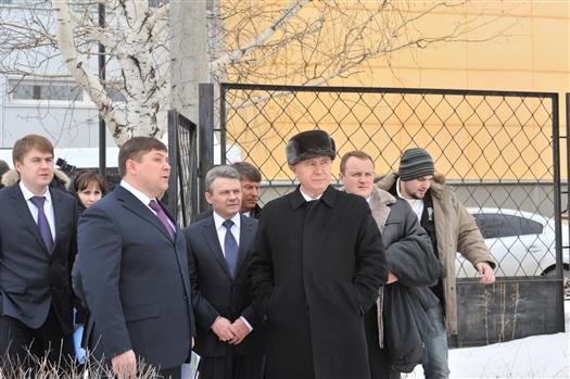 Сначала Николай Меркушкин осмотрел стадион спорткомплекса, где сейчас залит каток, здесь проходила тренировка хоккеистов