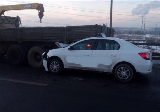 В Тольятти водитель легковушки врезался в КамАЗ дорожной службы