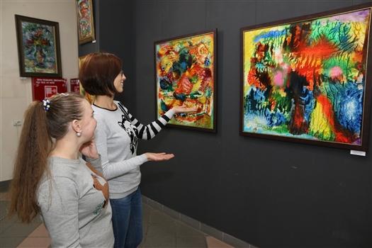 """В галерее """"Вавилон"""" проходит выставка произведений Виктора Новокрещенова"""