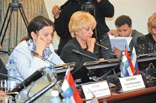 Елена Ширнина (слева) не прочь возглавить фракцию «Справедливой России», в отличие от своей коллеги Лидии Федосеевой