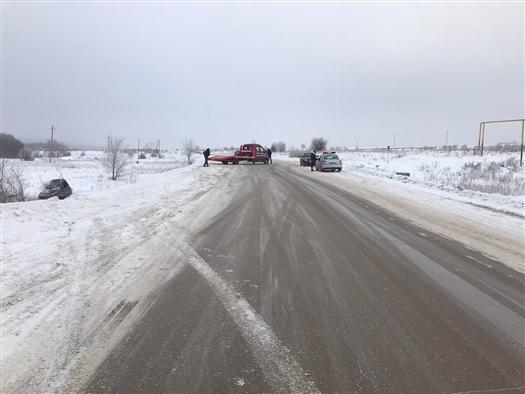 В Сызранском районе женщина за рулем Lada получила ранения, опрокинувшись в кювет
