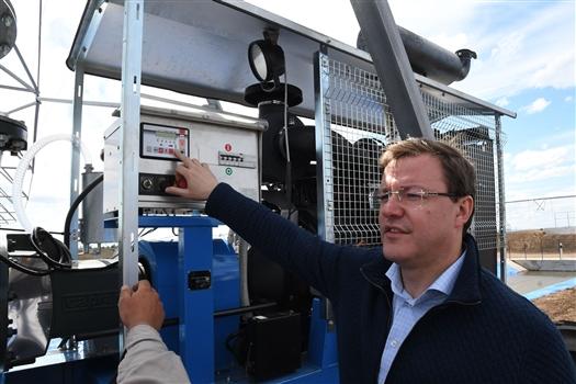 Дмитрий Азаров принял участие в запуске модернизированной системы орошения в Приволжском районе
