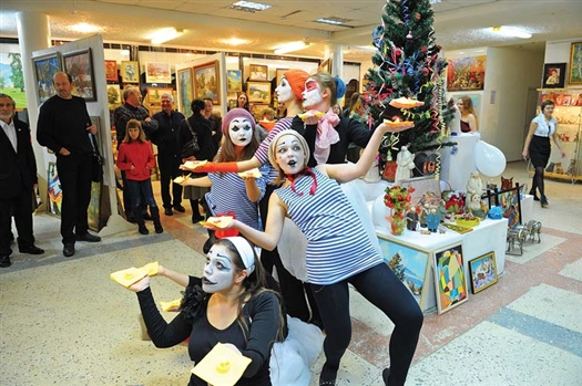 Одними из главных героев «Рождественской ярмарки» стали специальные новогодние мимы