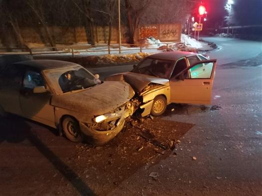 """Две женщины пострадали при столкновении """"двенадцатой"""" и """"четверки"""" в Самарской области"""
