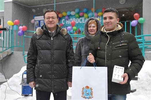 Дмитрий Азаров вручил ключи от квартир детям-сиротам