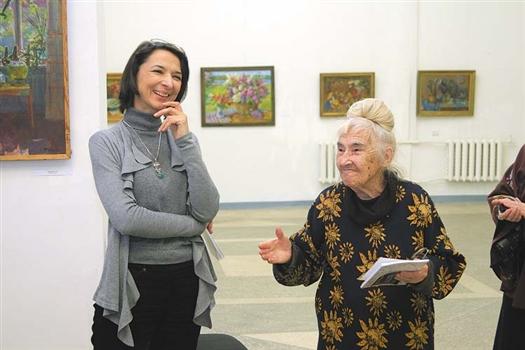 В Самаре московская художница (справа) открыла выставку и отметила 85-летие