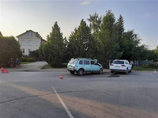 """Два человека пострадали при столкновении Volkswagen и """"Нивы"""" под Самарой"""