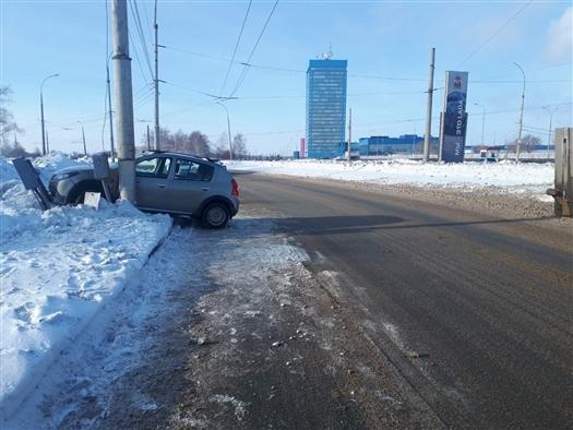 В Тольятти пенсионерка на Renault  врезалась в столб