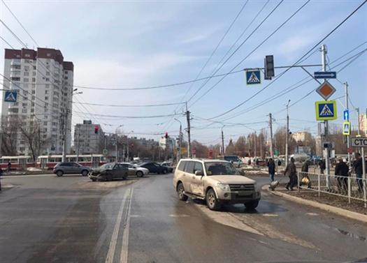 """В Самаре по вине выехавшего на """"красный"""" водителя Mitsubishi пострадала женщина"""