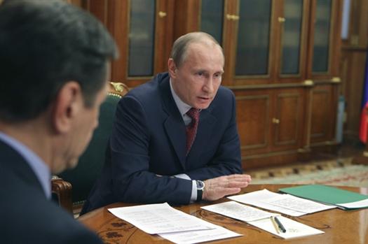 На совещании,проходящем на Новокуйбышевском НПЗ, Владимир Путин заявил о необходимости принять дополнительные меры для изменения налоговой нагрузки на участников нефтяной отрасли