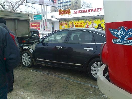 В понедельник, 11 марта, в Самаре на ул. Арцыбушевской в районе пересечения с ул. Красноармейской владелец автомобиля Nissan Teana уснул за рулем на трамвайных путях