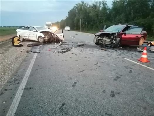 Под Самарой в лобовом столкновении погиб водитель иномарки, три человека пострадали