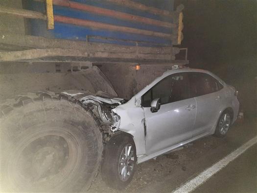 В Самарской области водитель Toyota не соблюдал дистанцию и врезался в КамАЗ