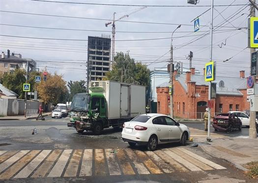 """В Самаре госпитализирован водитель ВАЗа, который проехал на """"красный"""" и столкнулся с грузовиком"""