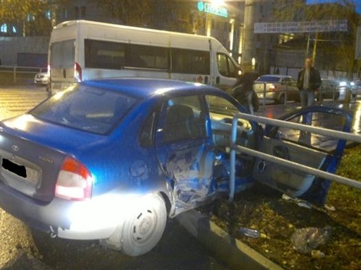 В Самаре при столкновении Lada Kalina и микроавтобуса пострадали три человека
