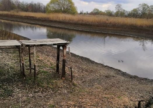 Насколько уходит вода, видно по мосткам