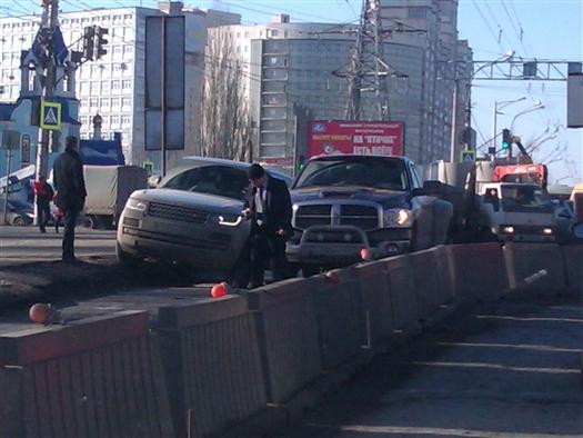 Две иномарки заблокировали движение на перекрытом участке Московском шоссе