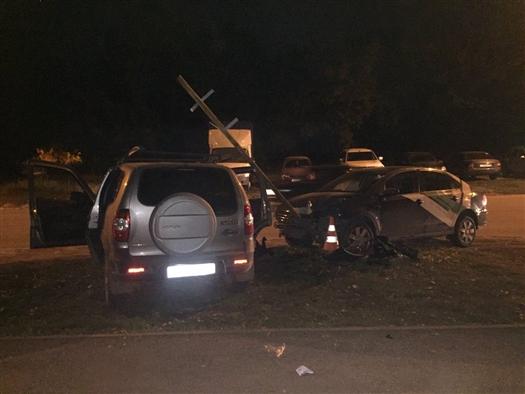 В Самаре водитель Volkswagen врезался в дорожный знак и уронил его на другую машину