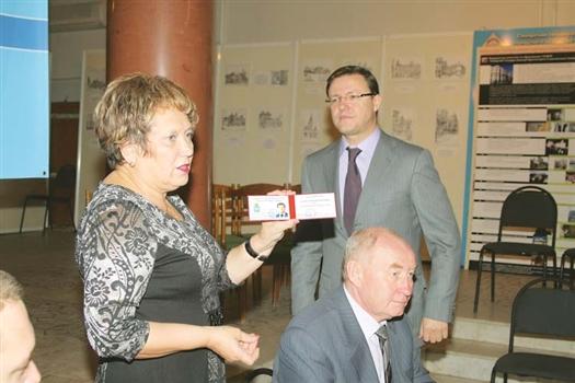 Ольга Артамонова вручила Дмитрию Азарову удостоверение избранного мэра.