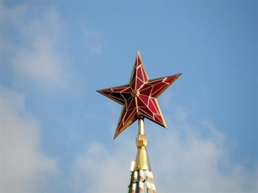 Первую звезду водрузили на Спасскую башню 24 октября 1935 года. За несколько дней звезды появились на Троицкой, Никольской и Боровицкой башнях кремля.