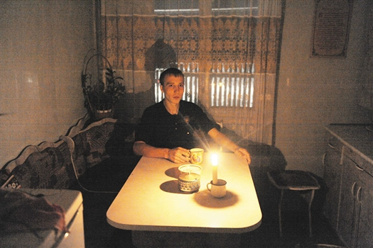 Денис Меркулов коротает вечера со свечкой