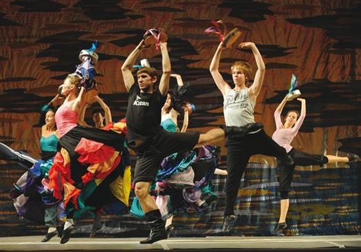 Накануне «Гала-концерта» артисты театра провели последнюю репетицию перед первым выходом на обновленную сцену.