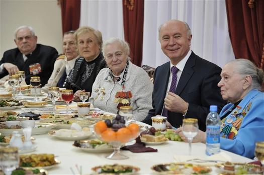 Губернатор Николай Меркушкин поздравил женщин-ветеранов с Международным женским днем