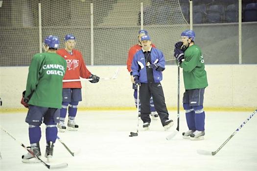 На ближайшие два месяца для команды Игоря Корешкова (в центре) родным станет лед лениногорского Дворца спорта.