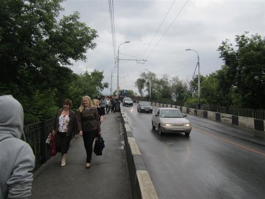 На въезде на мост по ул. Главной в круглосуточном режиме дежурит пост ДПС, который в соответствии с введенным с сегодняшнего дня расписанием регулирует потоки движения транспортных средств