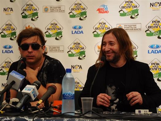 """Музыканты группы """"Би-2"""" пообщались после выступления на фестивале """"Рок над Волгой"""" с журналистами. """"Доброе утро! – сказал Шура Би-2, выпуская сигаретный дым"""