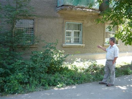 Брат погибшей показывает квартиру, которую хотели захватить злоумышленники