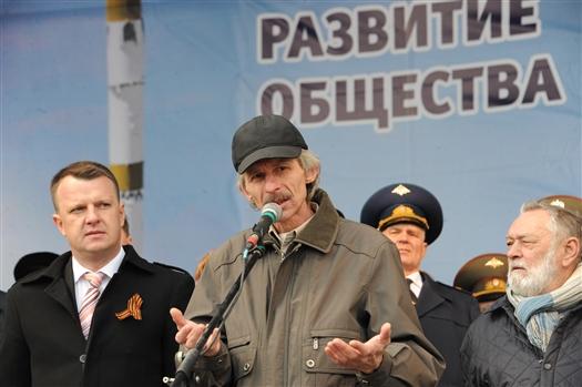 На площади Куйбышева присутствовал отец Михаила Алексей Вепренцев, ветеран войны в Афганистане. Он поднялся на сцену и поблагодарил всех за поддержку