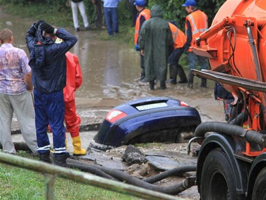 Случайные очевидцы происшествия успели достать мужчину, пока машина висела на краю провала