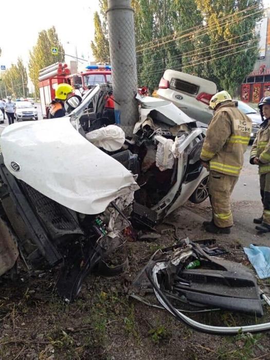 В Тольятти погиб водитель Kia, сложившейся пополам при ударе о столб