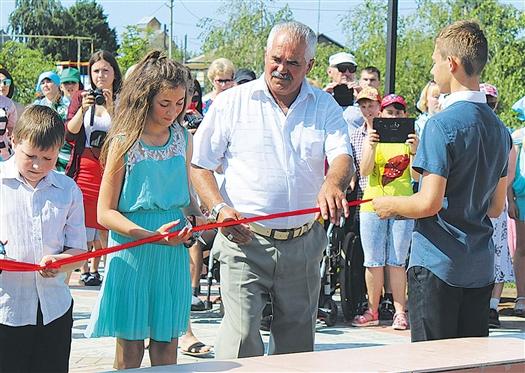 В День защиты детей вместе с главой сельского поселения ленточку на открытии фонтана перерезали школьники