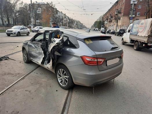 Два человека пострадали при столкновении Mitsubishi и Lada Vesta в Самаре