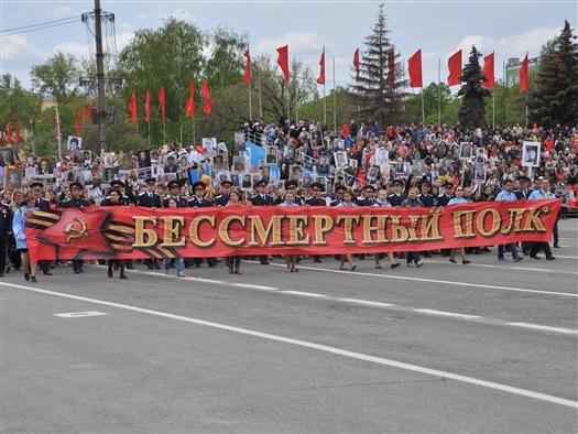 """""""Бессмертный полк"""" на площади им. Куйбышева зрители встретили стоя"""