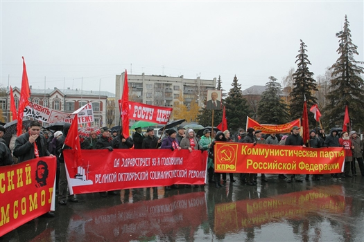 Приблизительно 500 участников акции провели шествие до площади Куйбышева, где к ним присоединились еще примерно 500 человек.