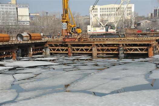 В ходе строительства Фрунзенского моста обнаружена затопленная баржа