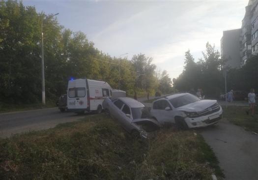 Женщина пострадала при столкновении Volkswagen и ВАЗ-21104 в Жигулевске