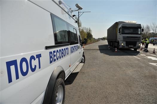 Более 20% грузового транспорта превышают допустимые нагрузки на дороги области