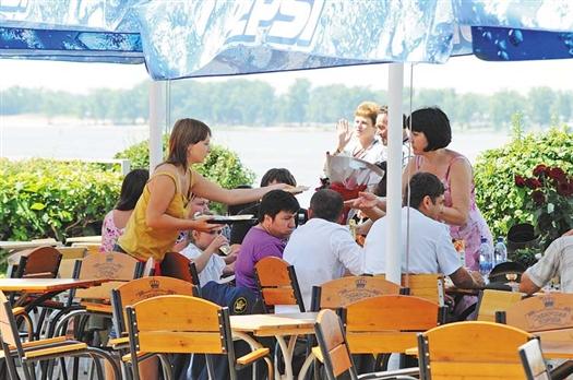 В этом году на набережной будет всего 18 летних кафе