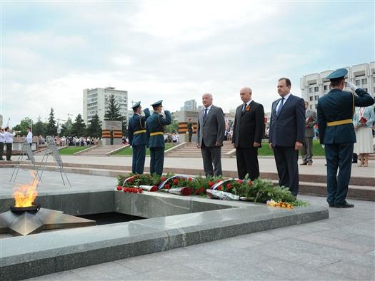 Губернатор вместе с ветеранами и жителями области возложил цветы в память о погибших в Великой Отечественной войне