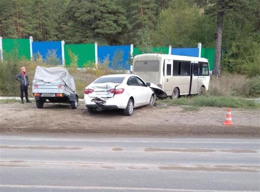 Четыре человека пострадали в Тольятти при столкновении легковушки и автобуса