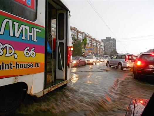 Много воды было на улицах Ново-Садовой, Мичурина. Но самый настоящий потоп наблюдался на проспекте Ленина