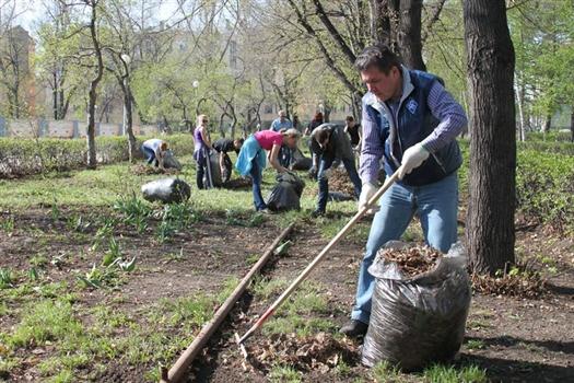 Министр спорта, туризма и молодежной политики Сергей Бамбуров со своими подчиненными убирали мусор на площади им. Куйбышева