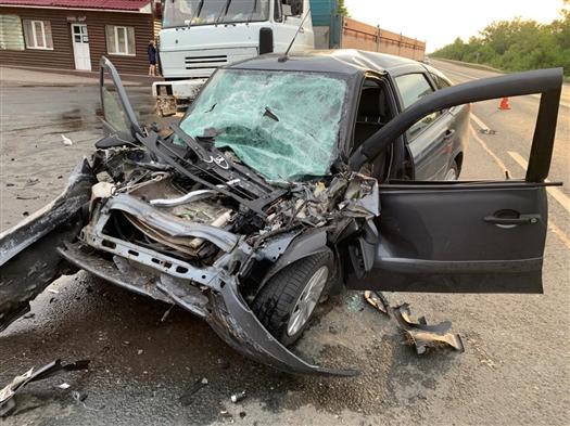 Водитель Lada Granta врезался в КамАЗ и погиб в Самарской области